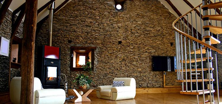 Grand salon avec mur en pierre naturelle