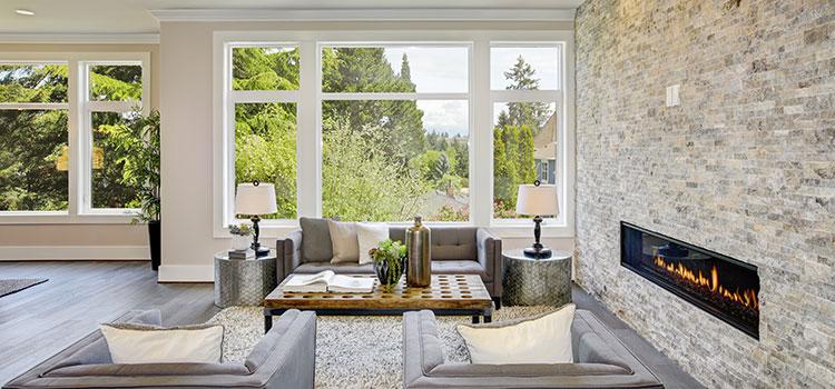 Salon avec carrelage en pierre naturelle