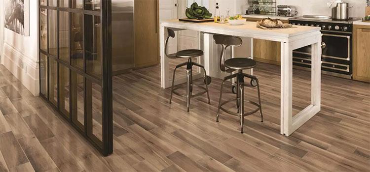 Carrelage imitation bois dans une cuisine moderne