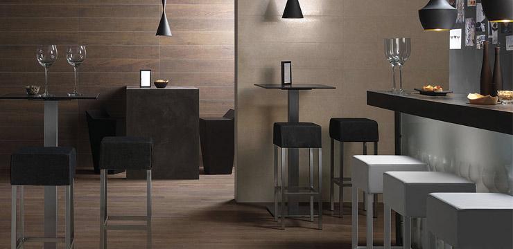 Carrelage imitation bois dans une cuisine ouverte