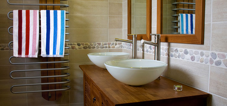 Salle d'eau moderne avec carrelage galet