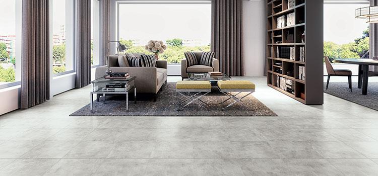 Grand salon avec carrelage gris clair