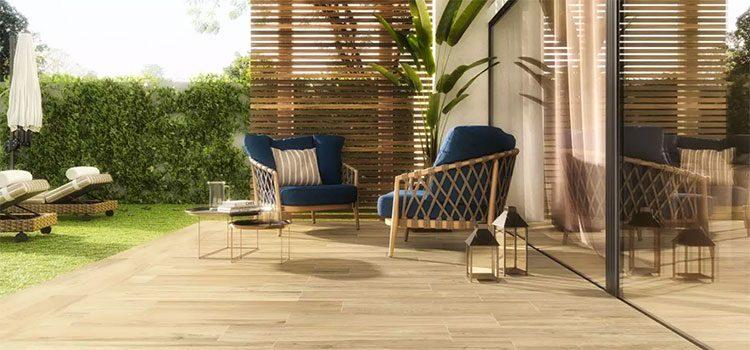 Terrasse avec carrelage imitation bois clair