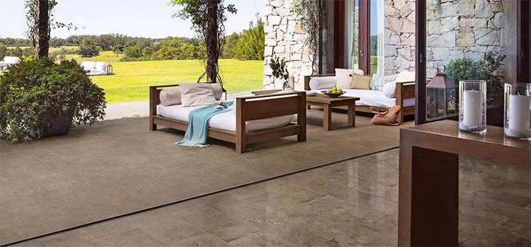 Terrasse avec carrelage imitation bois wengé