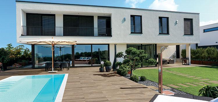 Terrasse avec dalles de carrelage imitation bois