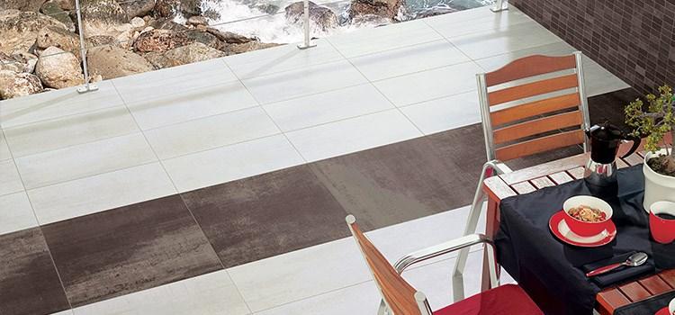 Terrasse en bord de mer avec carrelage en grès cérame gris et blanc