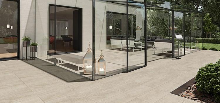 Terrasse avec carrelage en grès cérame beige et verrière