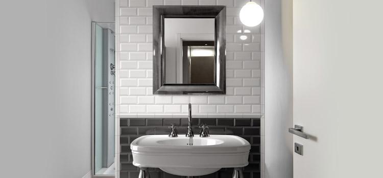 Carrelage métro noir et blanc dans salle de bains