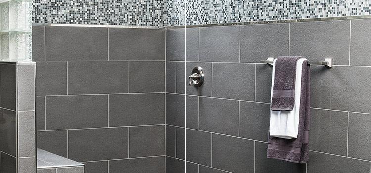Carreaux de mosaïques et carreaux gris dans une douche design
