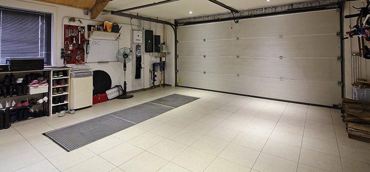 Carrelage blanc et gris dans grand garage fermé