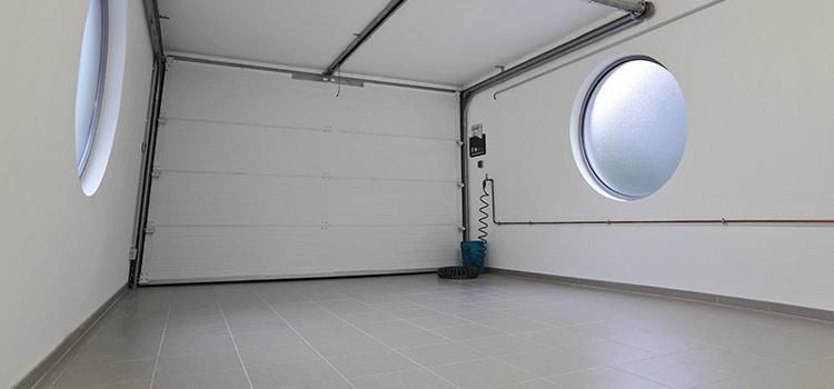 Sol carrelé blanc dans un garage