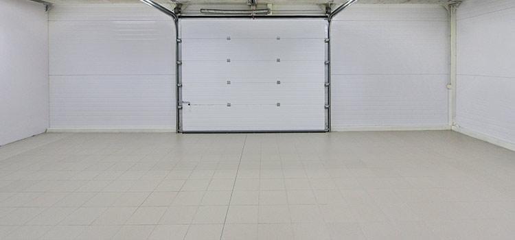 Carreaux de carrelage beige dans un garage vide