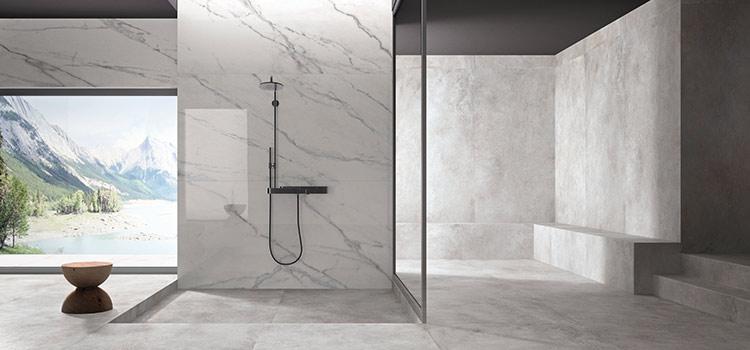 Salle d'eau avec douche à l'italienne à revêtement mural en marbre