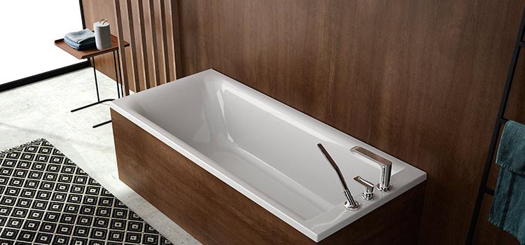 Salle de bains avec baignoire et revêtement mural façon bois