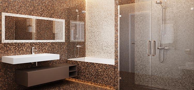 Salle de bains au revêtement mural intégralement en zelliges bruns et beiges.