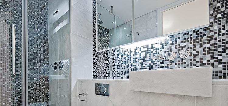 Le zellige utilisé ici en revêtement mural partiel donne une élégance design à la salle d'eau.