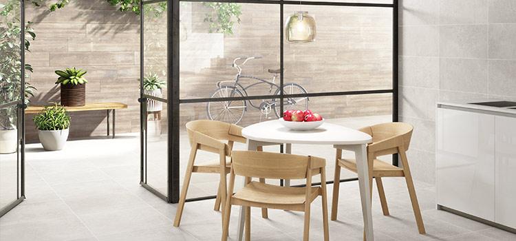 La continuité de l'espace entre salon et terrasse est assurée par un carrelage clair uni
