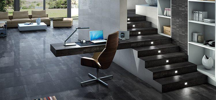 Salon design avec bureau intégré dans un escalier à dalles grises