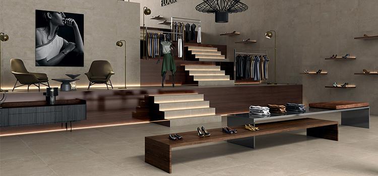 Showroom vêtements et chaussures sur étages avec escaliers rétro-éclairés