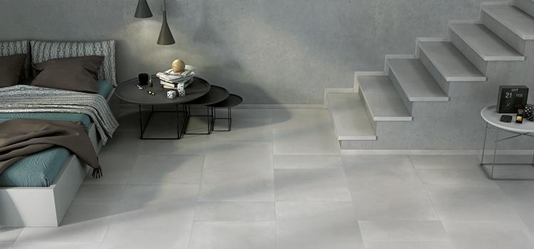 Chambre avec escalier dallé en pierre grise