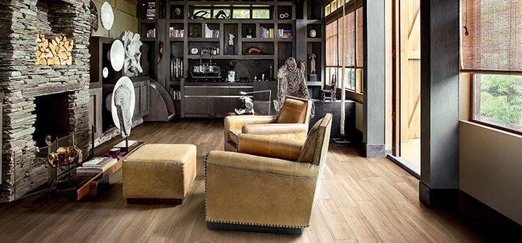 Salon style industriel avec parquet en carrelage effet bois clair