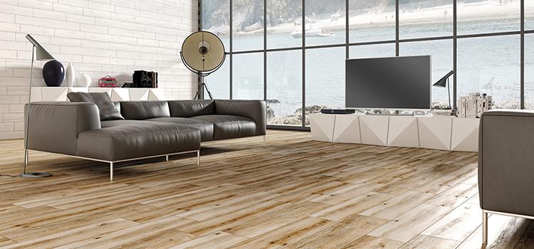 Grand salon au carrelage effet bois à larges dalles en chêne clair