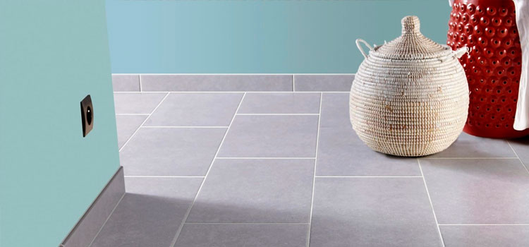 Carrelage gris avec plinthes assorties