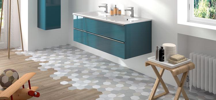 Sol en tomettes moderne dans salle de bain