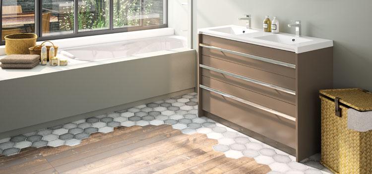 Salle de bains avec sol en tomettes