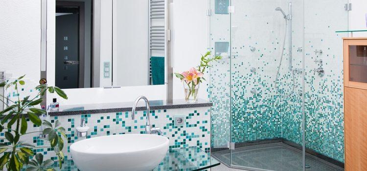Invitez la mosaïque en émaux de verre dans votre salle de bain !
