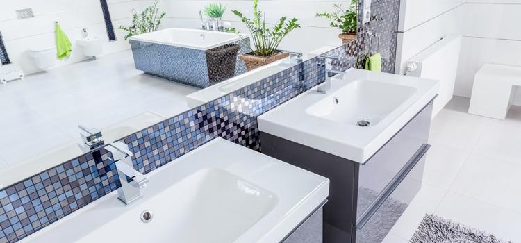 Mosaïque en émaux de verre en frise dans la salle de bain
