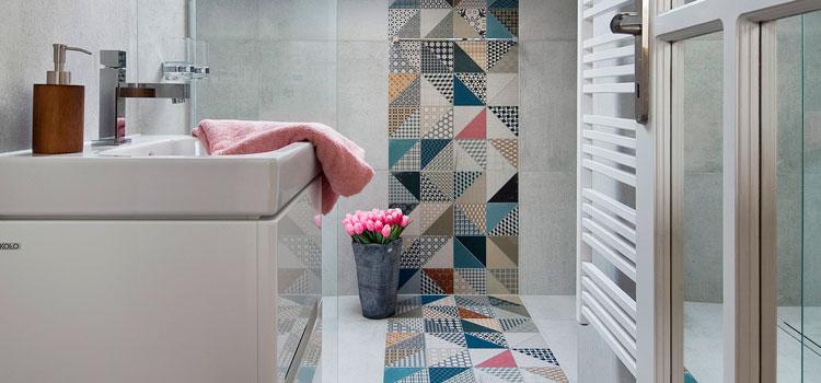 Les carreaux de ciment dans la salle de bains pour un - Carreau de ciment salle de bain ...