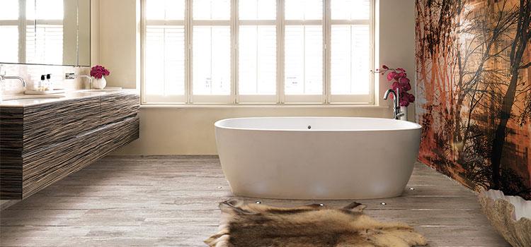 Salle de bain avec baignoire hors sol style scandinave