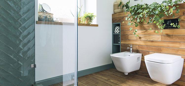 Carrelage imitation bois dans une salle d'eau