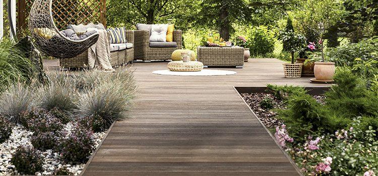 Allée de jardin en bois menant à une terrasse