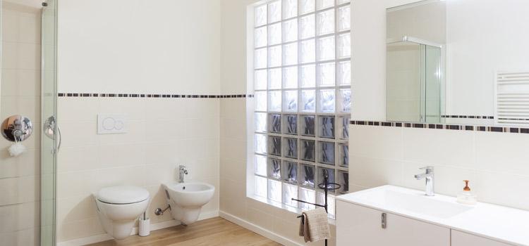 wc moderne avec mur en brique de verre