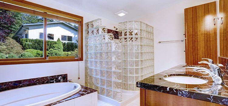 Salle de bains traditionnelle avec paroi de douche en brique de verre