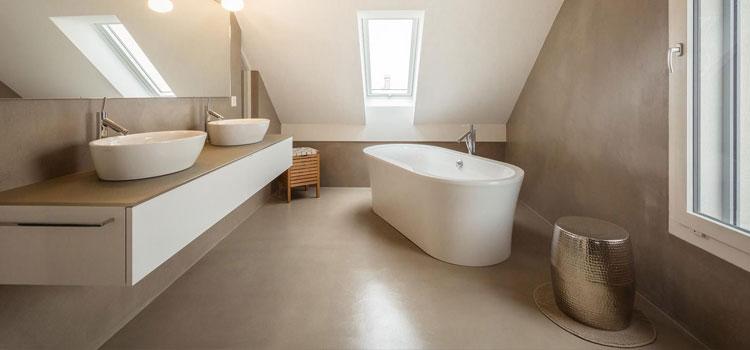 Béton ciré dans salle de bains lumineuse