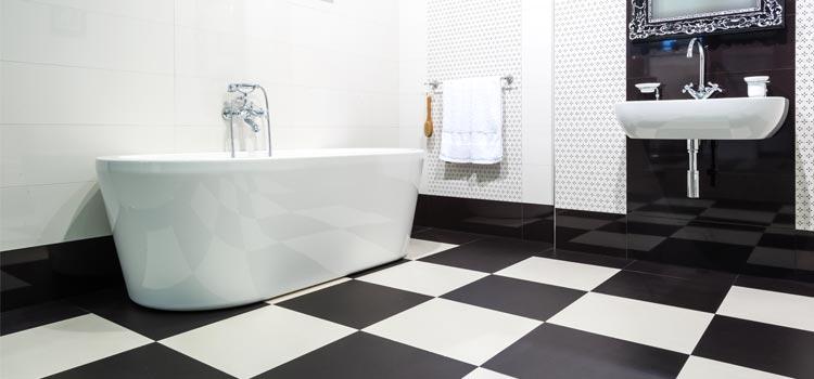 Carrelage damier noir et blanc salle de bains