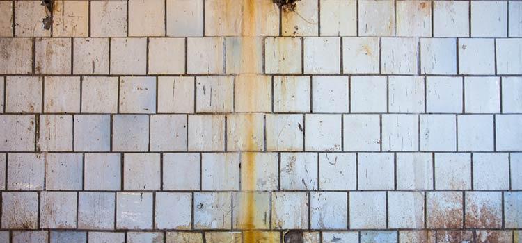 Rouille sur mur blanc