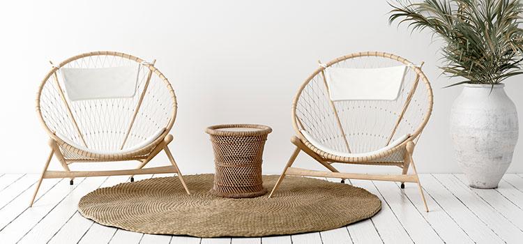 Deux fauteuils en bois sur carrelage imitation parquet blanc