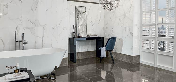 Carrelage brillant au sol dans une salle de bains