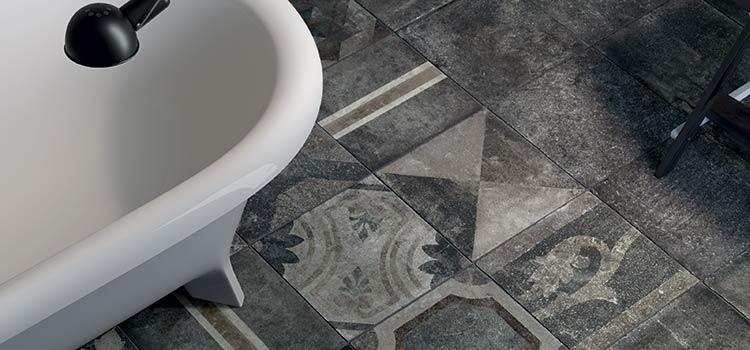 Carrelage de type azulejo dans salle de bains