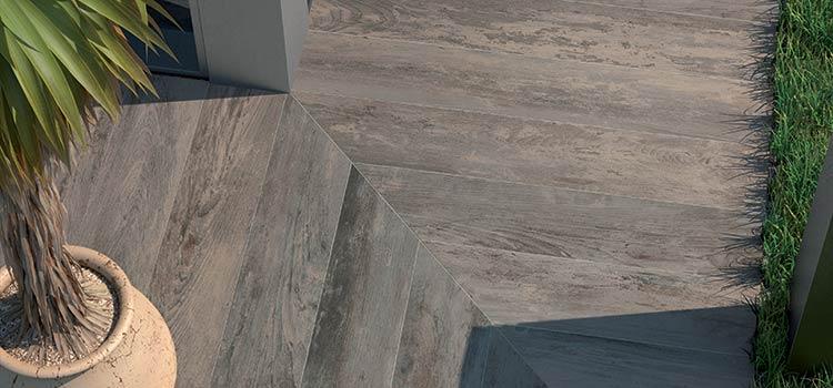 Zoom sur le carrelage imitation parquet en chevrons