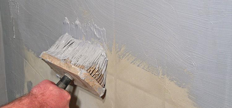 personne qui induit son carrelage de peinture