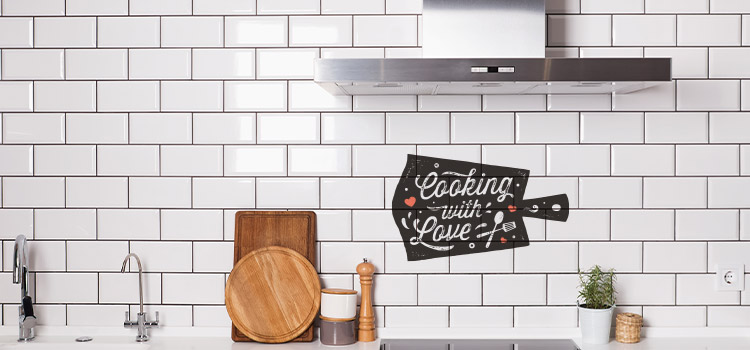 "carrelage cuisine avec inscription sur le mur ""Cooking with love"""