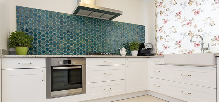 cuisine équipée avec murs habillées en carrelage hexagonal