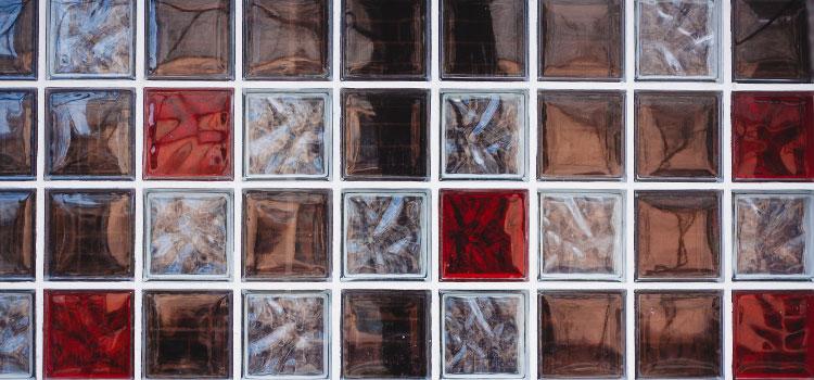 Dalle en verre de couleur rouge, gris et marron