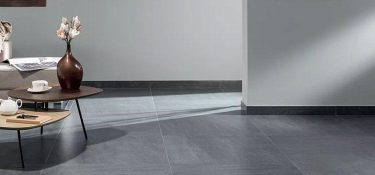 carrelage et plinthe de couleur gris métallisé