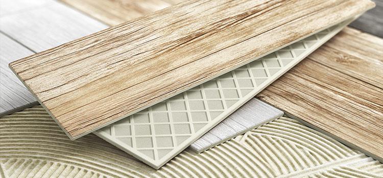 carreaux de carrelage et planche de bois